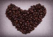 Oscuro tostado de granos de café en la forma de un corazón — Foto de Stock