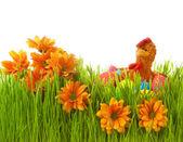 Wiosenne kwiaty w zielonej trawie pisanki i kurczaka — Zdjęcie stockowe
