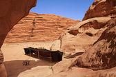 ワディ ・ ラム ヨルダンの岩谷でベドウィンのテント — ストック写真