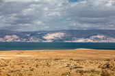 Morze Martwe na pustyni z widokiem na góry — Zdjęcie stockowe