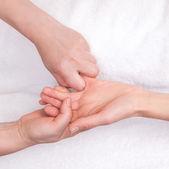 Spa-Therapeuten tun entspannende Massage auf eine Frau kleiner finger — Stockfoto