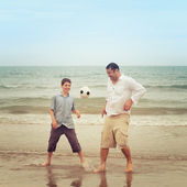 Father and son having fun on the beach with a ball — Fotografia Stock