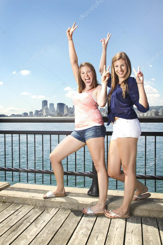 Two girls posing on city scape having fun — Stock Photo #13292133