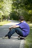 Młody nastolatek korzystających z jego longboard — Zdjęcie stockowe