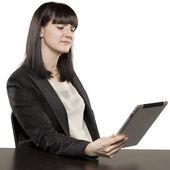 Mujer joven jugando en Ipad — Foto de Stock