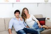 Молодая пара, сидя в гостиной — Стоковое фото