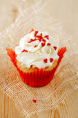 Red festive muffin with heart candy and wood — Stockfoto