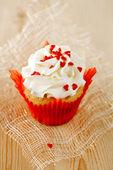Muffin festiva rojo con caramelo de corazón y madera — Foto de Stock
