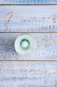 Retro botellita de leche en la mesa de madera vieja — Stok fotoğraf