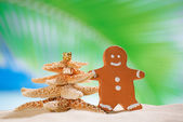 Gingerbread man and starfish christmas tree — Stock Photo
