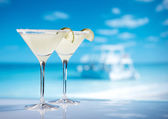Margarita cocktail on beach, blue sea and sky background — Stock Photo