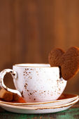 Coffee cup and heart cookie — Stock Photo