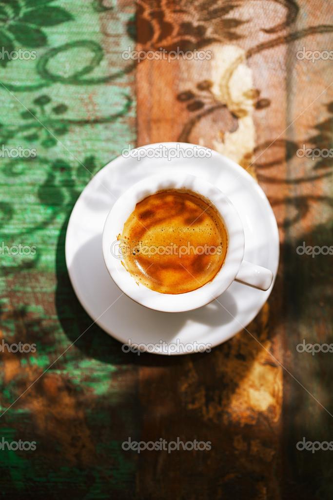 Tazza di caffè espresso sul tavolo rustico con sole — foto stock ...