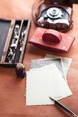 Retro foto's, vintage inkt, pen, blotter en camera — Stockfoto