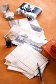Retro fotoğrafları, vintage mürekkep, kalem, kurutma kağıdı ve kamera — Stok fotoğraf