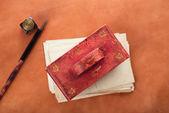 Vintage kırmızı deri mürekkep kurutma kağıdı ile deri üzerinde retro posta kartları — Stok fotoğraf
