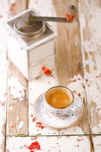 Coffee cup and retro coffe mill — Stok fotoğraf