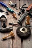 Eski ahşap masa el araçları ve satranç figürleri ayarla — Stok fotoğraf