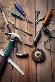 Conjunto de ferramentas manuais na mesa de madeira, trabalho ou conceito diy passatempo — Fotografia Stock