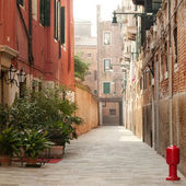 View of a typical narrow Venice street — Stock Photo