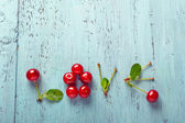 Amore di parola fatto con le ciliege su un vecchio tagliere di legno — Foto Stock