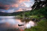 Beautiful sunrise over Llyn Gwynant in Snowdonia National Park — Stock Photo