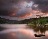 Beautiful sunrise over Llyn Gwynant in Snowdonia National Park — Stock Photo