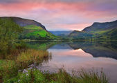 Llyn Nantlle at sunrise looking towards mist shrouded Mount Snow — Stock Photo
