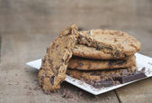 Gros plan de main cuit les biscuits aux brisures de chocolat — Photo