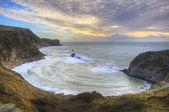 Pulserande soluppgången över havet och skyddad vik — Stockfoto