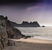 Color de la hermosa playa teñido por el sol detrás de las nubes — Foto de Stock