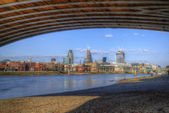 Low tide River Thames and London city skyline including St Paul' — Stock Photo