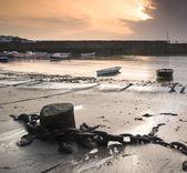 Barcos de pesca no porto ao nascer do sol muito tempo a imagem de exposição — Fotografia Stock