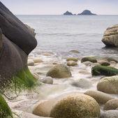 Detalhe de rochas antigas desgastadas praia isolada da água — Fotografia Stock