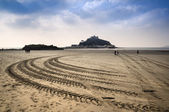 St Michael's Mount Bay Marazion low tide amphibious ferry boat tracks Cornwall England — 图库照片
