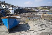 Haven bij laag tij met vissersboten op coverack engeland — Stockfoto