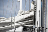 Close up image of sail and mast pulley systm on yacht sailboat — Photo