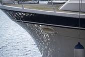Casco del velero yate con reflejos de mar — Foto de Stock