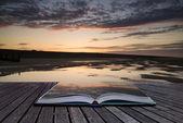 Pagine concept creativo del paesaggio vibrante alba libro riflettono — Foto Stock