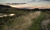 Atardecer de verano se refleja en el río en el paraje rural durante — Foto de Stock