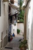 типичный старый средиземноморский переулке между старых домов — Стоковое фото