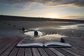 Creatief concept pagina's van boek levendige zonsopgang landschap weerspiegelen — Stockfoto