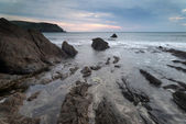 Hope Cove sunset landscape seascape with rocky coastline and lon — Stock Photo
