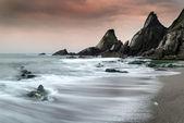 锯齿状和坚固岩石与海岸线上的风景海景 — 图库照片