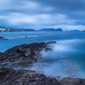 Stunning landscape at twilight dawn with rocky coastline and lon — Stock Photo