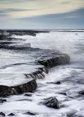 Paesaggio bellissimo paesaggio marino della costa rocciosa al tramonto — Foto Stock