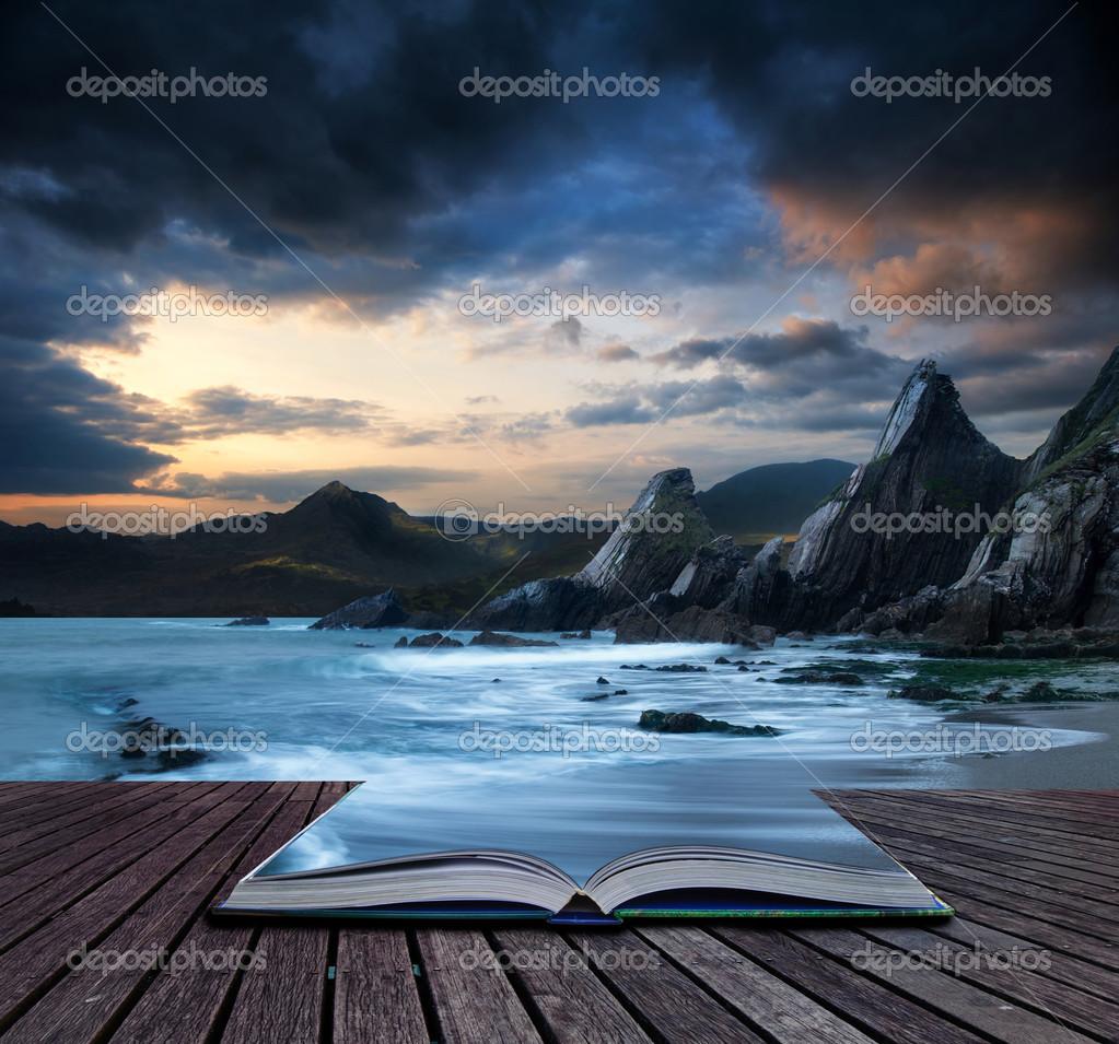 Concetto di libro bellissimo paesaggio di montagne e mare for Concetto aperto di piani coloniali