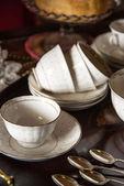 Século xviii xícaras e pires de louça na porção de madeira embutida — Foto Stock