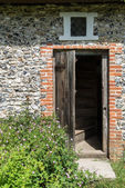 Entrance door to Medieval 18th century cottage — Stock Photo