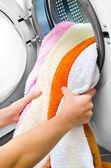 Çamaşır makinesi renk giysiler alarak kadın — Stok fotoğraf